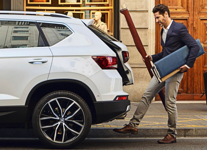 SEAT Ateca - Man opening the boot with his foot