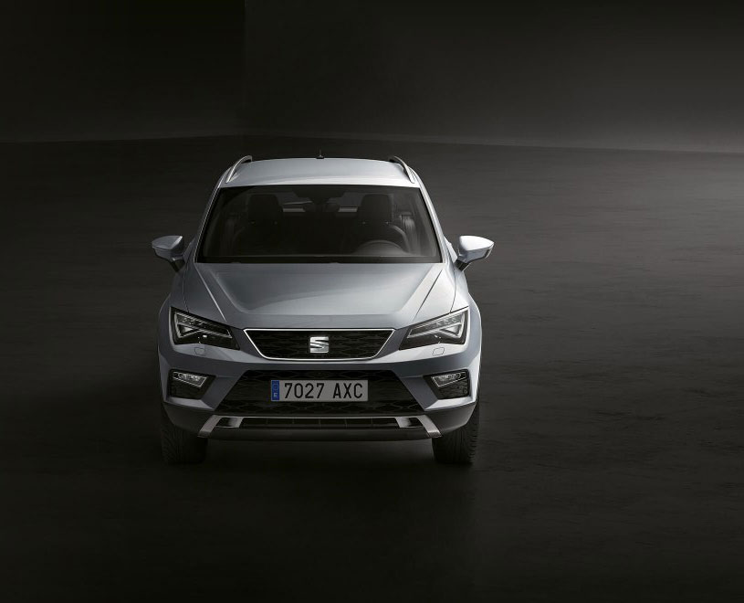 SEAT Ateca - Front view of car with a side light on