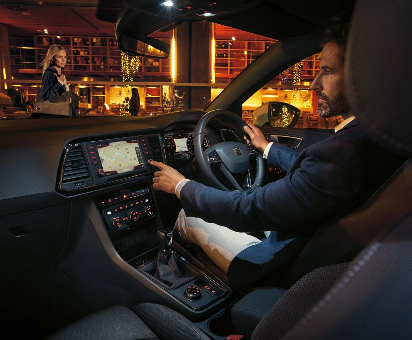 SEAT Ateca - Man using the navigation system